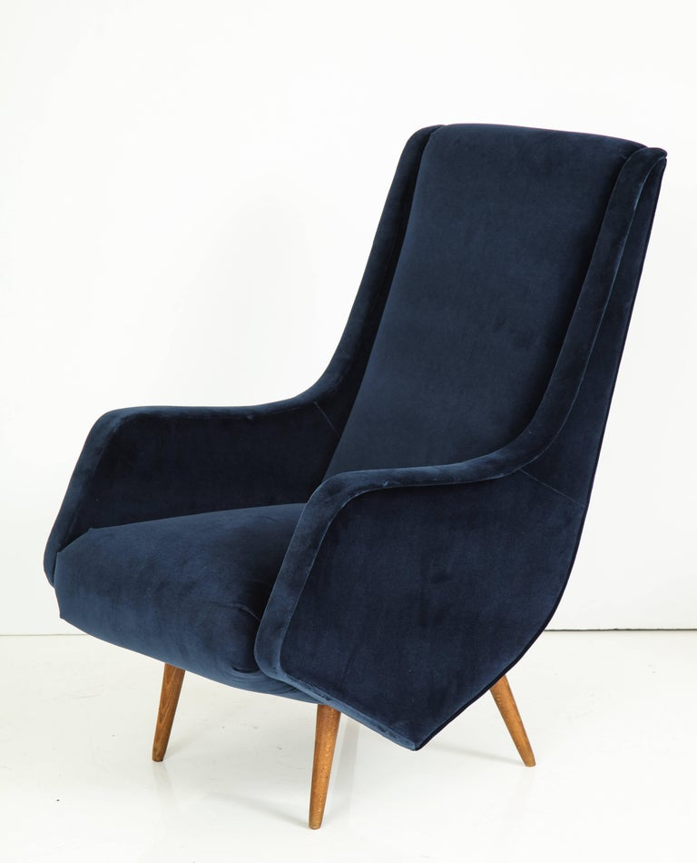 Pair of 1950s Italian Lounge Chairs by ISA Bergamo in Cobalt Blue Velvet For Sale 1