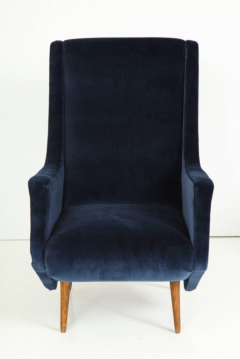 Pair of 1950s Italian Lounge Chairs by ISA Bergamo in Cobalt Blue Velvet For Sale 4