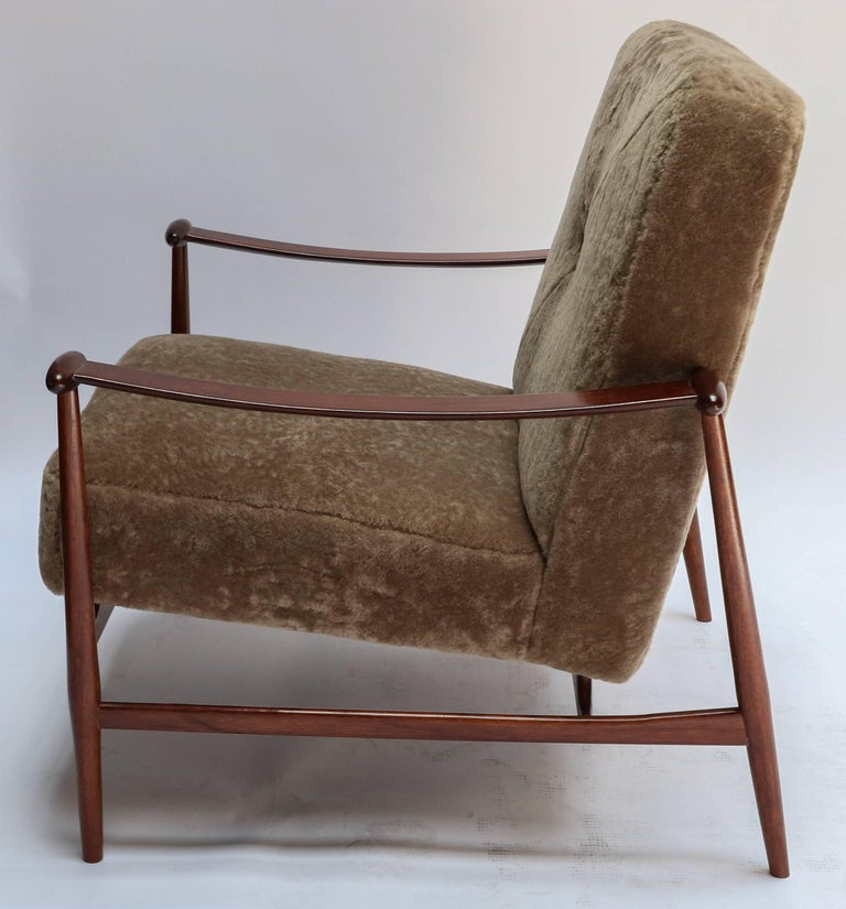 Mid-Century Modern Pair of 1960s Liceu de Artes Brazilian Armchairs in Tan Sheepskin For Sale