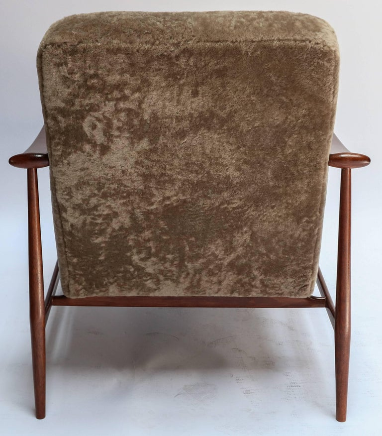 Pair of 1960s Liceu de Artes Brazilian Armchairs in Tan Sheepskin In Good Condition For Sale In Los Angeles, CA