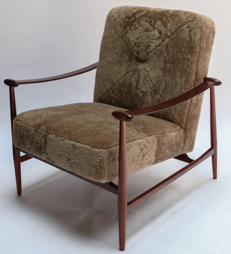 Mid-20th Century Pair of 1960s Liceu de Artes Brazilian Armchairs in Tan Sheepskin For Sale