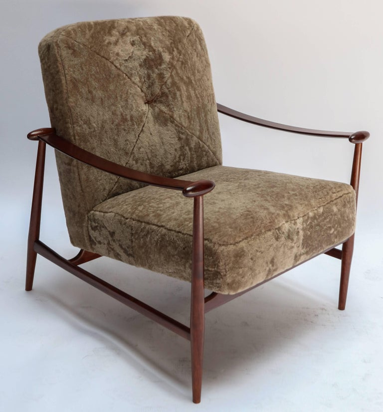 Pair of 1960s Liceu de Artes Brazilian Armchairs in Tan Sheepskin For Sale 1