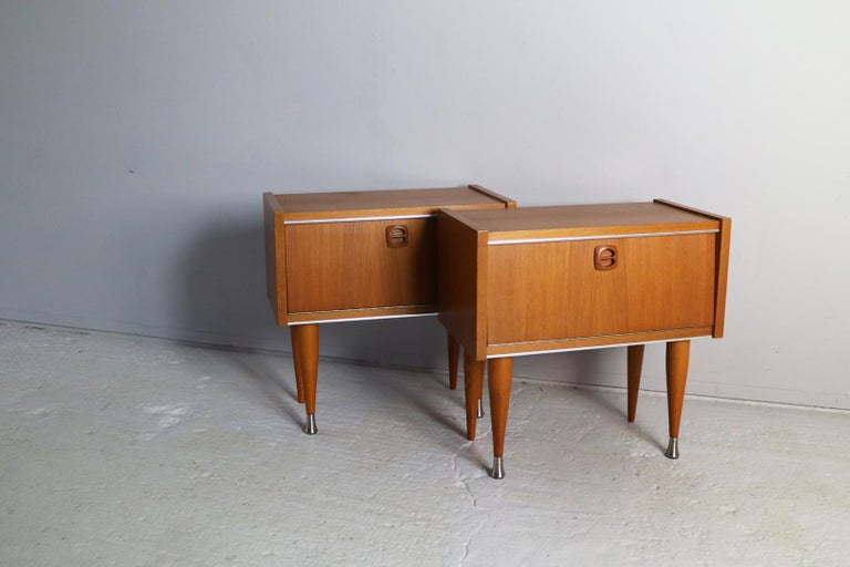 Pair of 1960s vintage French petite bedside cabinets with brass trim and brass tips to the sculpted feet. In great condition.