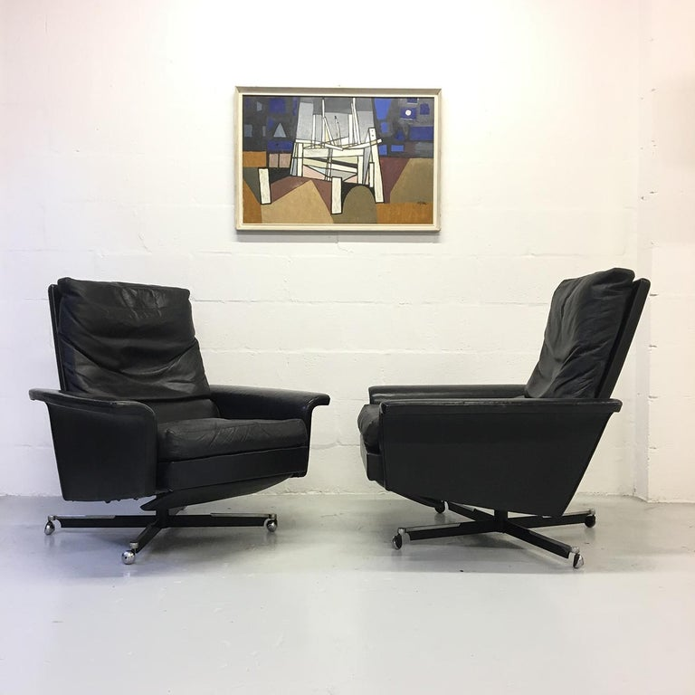 Pair of 1960s Mid-Century Modern Black Leather Reclining Lay-Z-Boy Lounge Chairs In Good Condition For Sale In Sherborne, Dorset