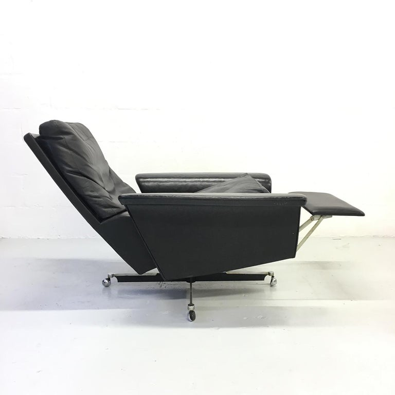 Pair of 1960s Mid-Century Modern Black Leather Reclining Lay-Z-Boy Lounge Chairs For Sale 1
