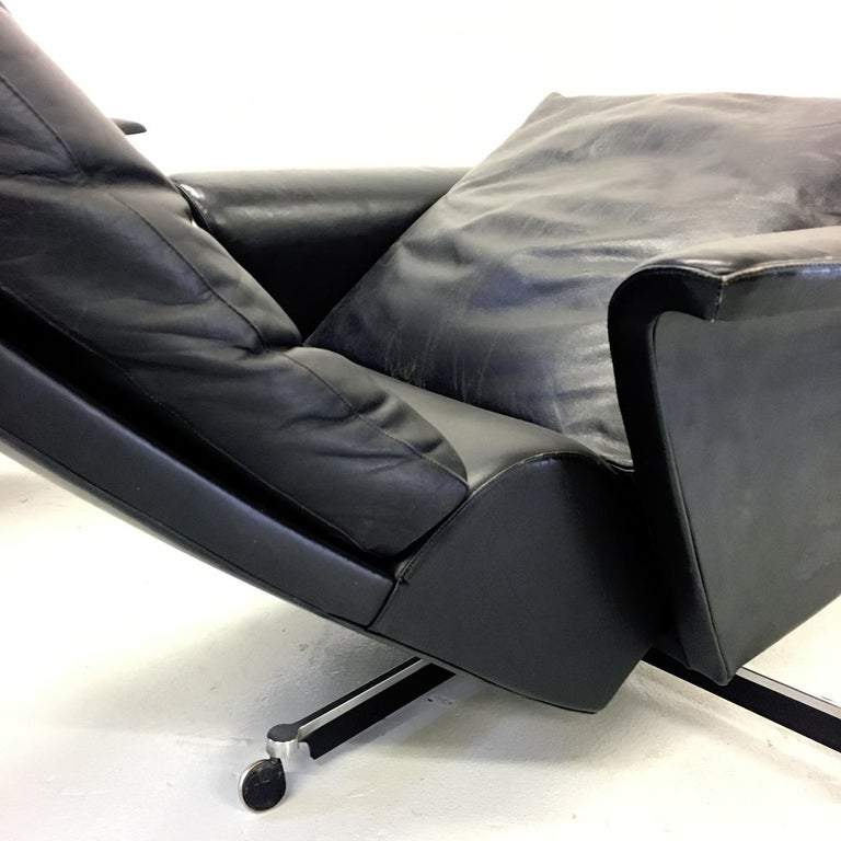 Pair of 1960s Mid-Century Modern Black Leather Reclining Lay-Z-Boy Lounge Chairs For Sale 3