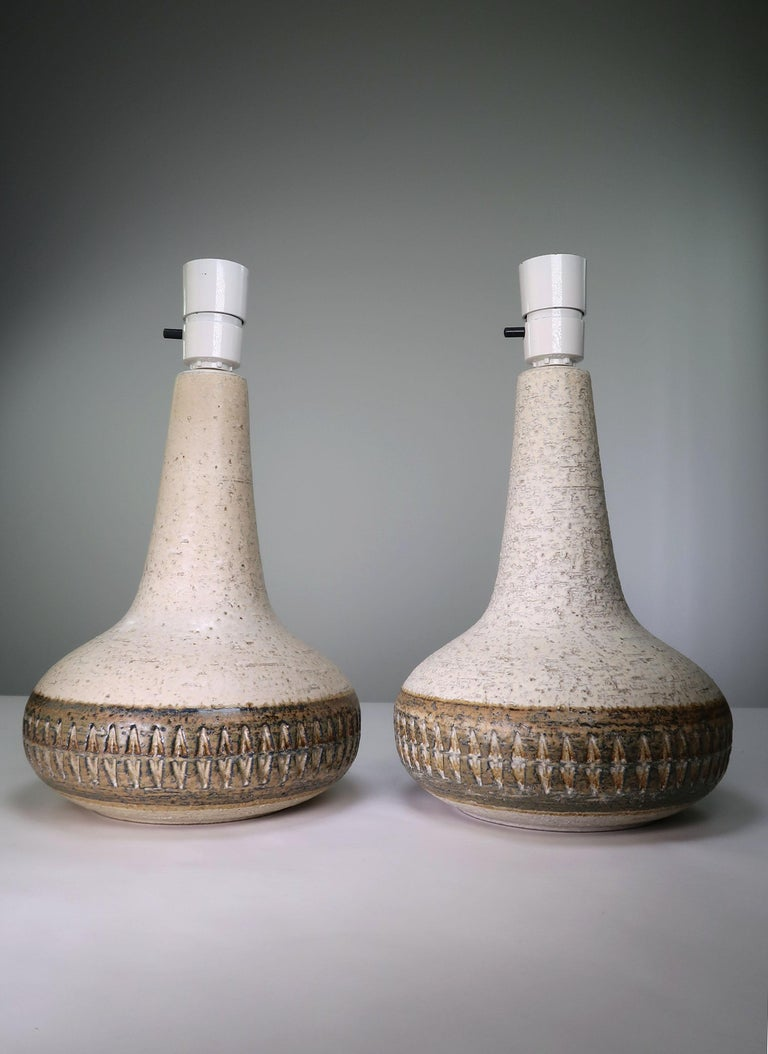 Classic Danish Mid-Century Modern hand decorated stoneware table lamp in cream white and warm brown colors by Søholm. Manufactured on the island of Bornholm in the 1960s. Cedar and espresso colored brown glazed geometric relief pattern on the belly.