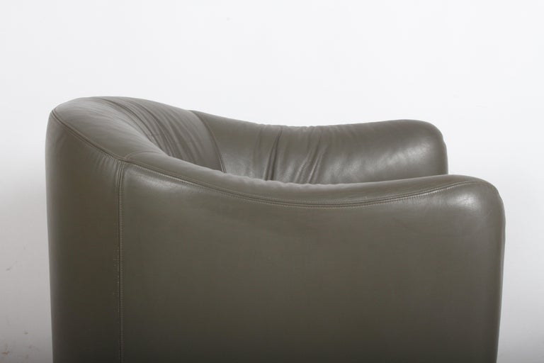 Late 20th Century Pair of 1970s Metropolitan Furniture Company Leather Lounge Chairs For Sale