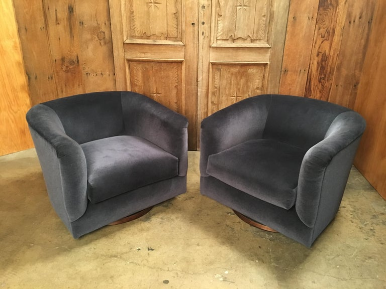 North American Pair of 1970s Swivel Club Chairs For Sale