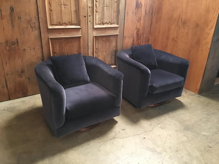 Pair of 1970s Swivel Club Chairs In Good Condition For Sale In Laguna Hills, CA