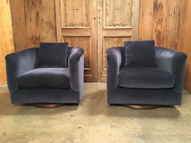 20th Century Pair of 1970s Swivel Club Chairs For Sale