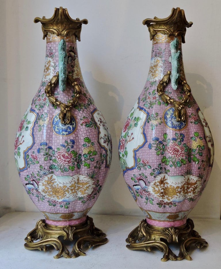 Pair of 19th Century Famille Rose Porcelain and Ormolu-Mounted Vases In Good Condition For Sale In Saint-Ouen, FR