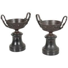 Paar bronzene Tazza-Urnen auf Marmor-Basis, Frankreich, 19. Jahrhundert