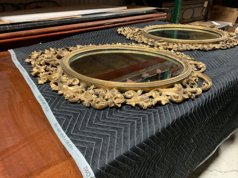 Pair of 19th Century English Carved Giltwood Oval Mirrors In Good Condition For Sale In Atlanta, GA