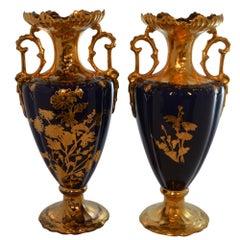 Paar 19. Jahrhundert Französische Kobaltblaue Handbemalte Porzellanvasen mit Goldakzenten