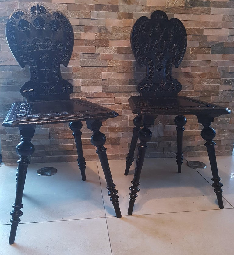 Pair of 19th Century Primitive Rustic Minimal Carved Wood Board Chairs In Good Condition For Sale In Saarbruecken, DE