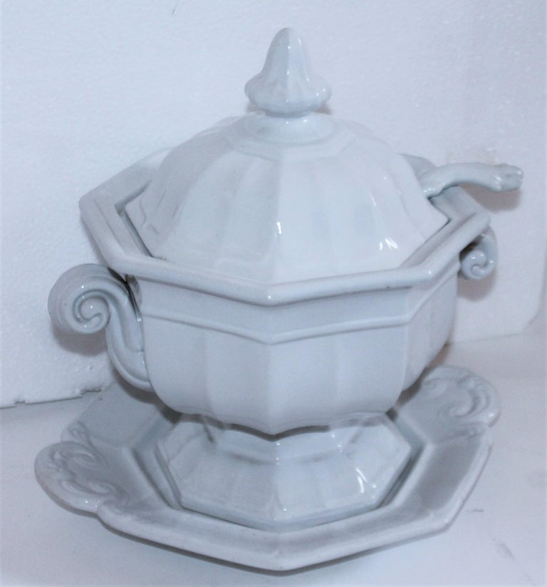 Pair of 19th Century Ironstone Tureens In Good Condition For Sale In Los Angeles, CA