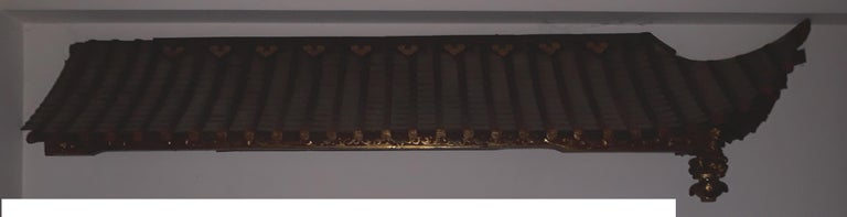 Right and left pair of pagoda roofs carved, gilded and red lacquer with ornamental designs and figurines on the internal support cross, coming from China, 1908. The decorations repeat a Classic pagoda roof with a half-bent figure and supported by