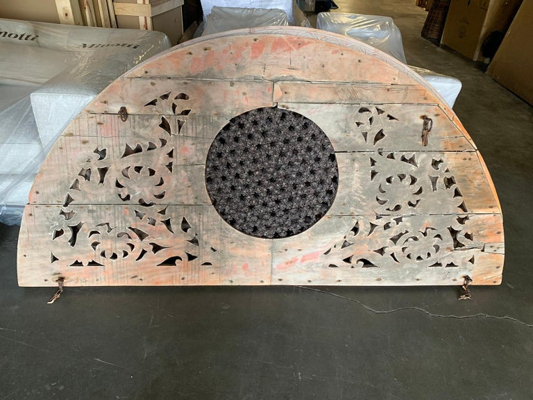 Pair of 20th Century Indian Carved and Painted Architectural Transoms In Good Condition For Sale In Atlanta, GA