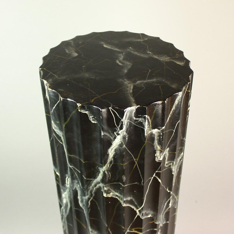 Pair of 20th Century Italian Painted Black Faux Marble Columns or Pedestals In Good Condition For Sale In Berlin, DE
