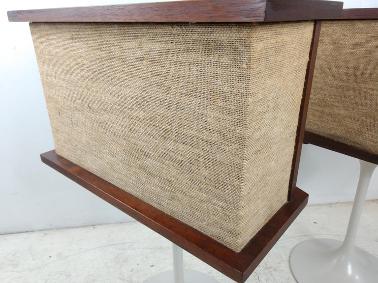 Mid-Century Modern Pair of 901 Bose Speakers on Saarinen Tulip Bases and Equalizer, 1968 For Sale