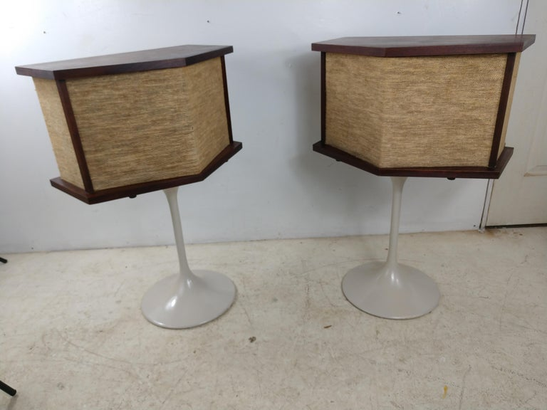Pair of 901 Bose Speakers on Saarinen Tulip Bases and Equalizer, 1968 In Good Condition For Sale In Port Jervis, NY
