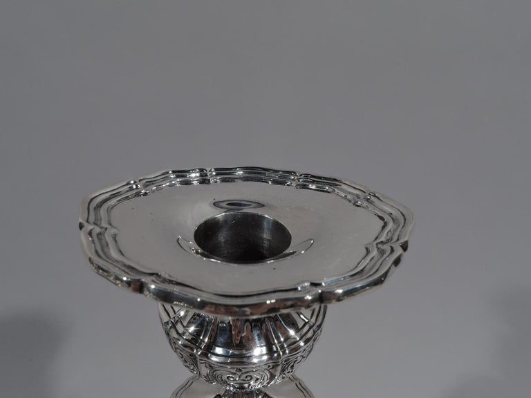 Pair of American Edwardian Regency Sterling Silver Candlesticks In Excellent Condition For Sale In New York, NY