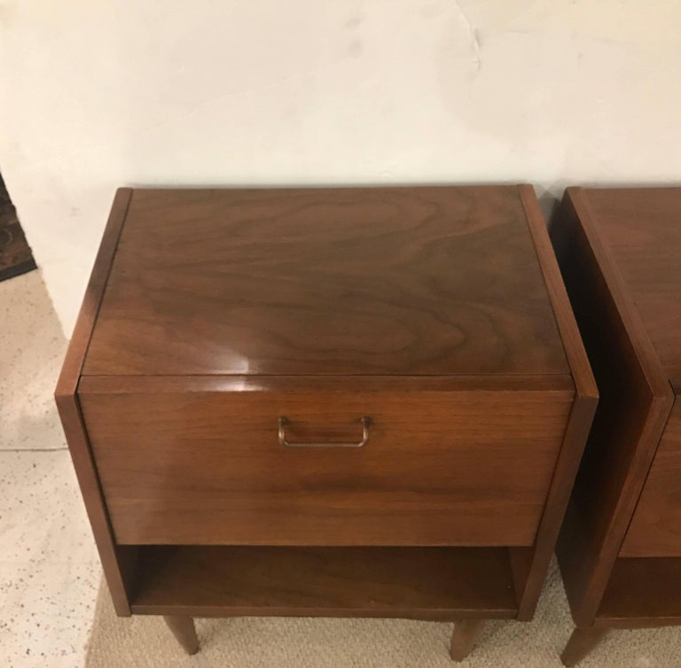 Mid-20th Century Pair of American of Martinsville Midcentury Nightstands For Sale