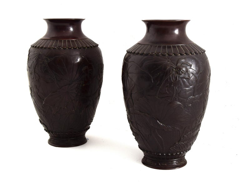 Embossed Pair of Ancient Japanese Vases, 19th Century For Sale