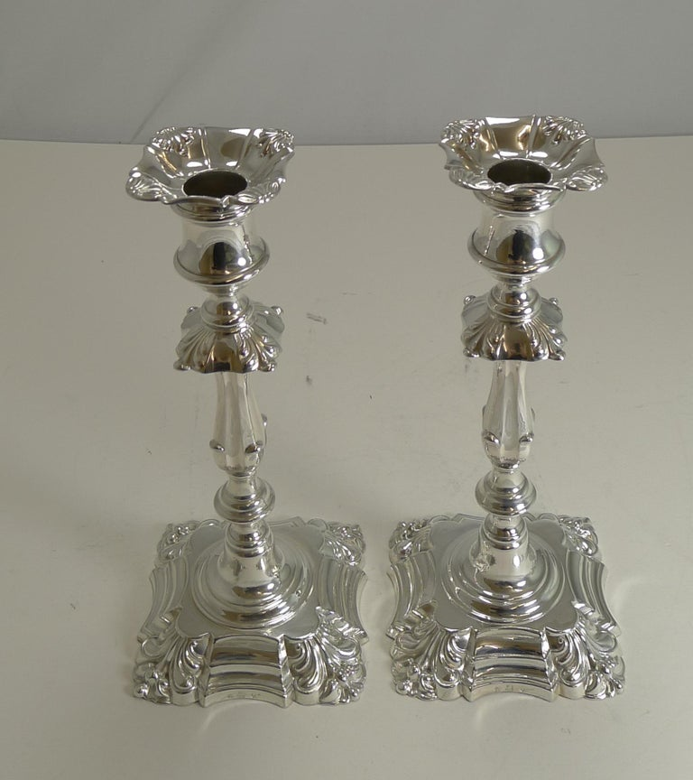 A beautiful and elegant pair of English Victorian candlesticks in silver plate by the top notch silversmith, Elkington & Co.