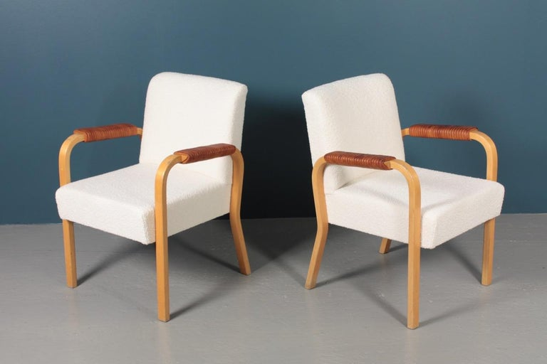 Pair of Armchairs with Bouclé and Patinated Leather by Alvar Aalto, 1950s In Good Condition For Sale In Lejre, DK