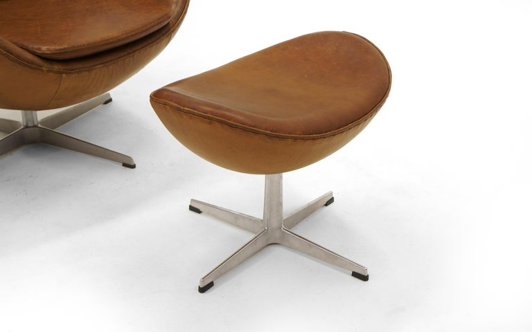 Pair Arne Jacobsen Egg Chairs with Ottomans, Cognac Leather. Price is for all. In Good Condition In Kansas City, MO