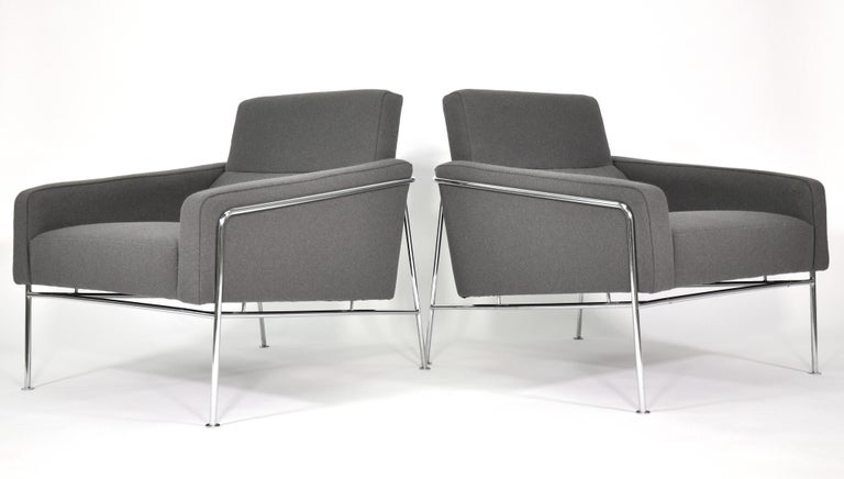 Pair of Arne Jacobsen for Fritz Hansen Series 3300 Gray Lounge Chairs In Good Condition For Sale In Miami, FL