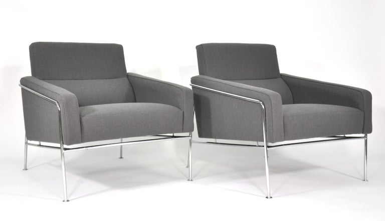 Mid-20th Century Pair of Arne Jacobsen for Fritz Hansen Series 3300 Gray Lounge Chairs For Sale