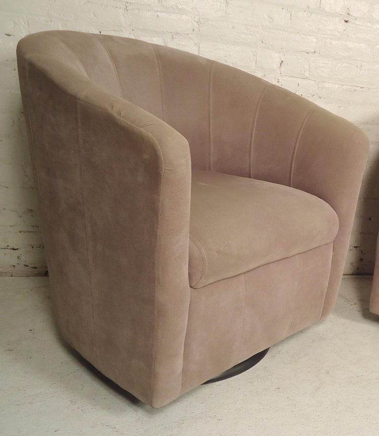 Mid-Century Modern Pair of Barrel Back Swivel Chairs For Sale