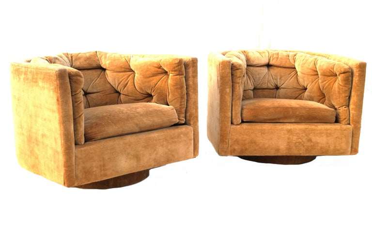 Mid-Century Modern Pair of Barrel Swivel Chairs in the Manner of Milo Baughman