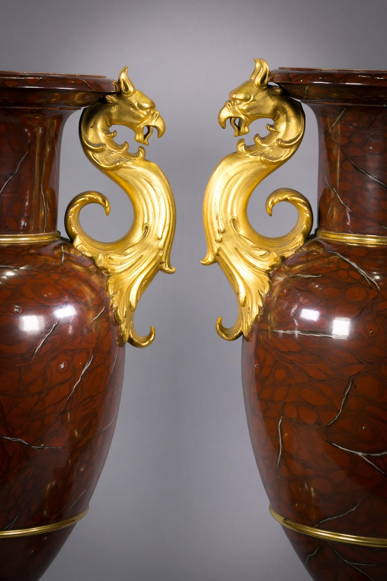 Pair of Berlin Porcelain Faux Marble and Gilt Urns, circa 1825 In Good Condition For Sale In New York, NY