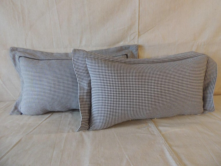 Pair of Black and White Houndstooth Pattern Modern Lumbar Decorative Pillows In Good Condition For Sale In Oakland Park, FL