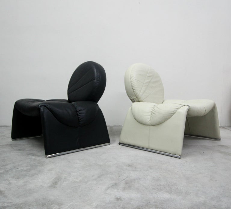 Pair of Black and White Leather Vintage Italian Lounge Chairs In Good Condition In Las Vegas, NV