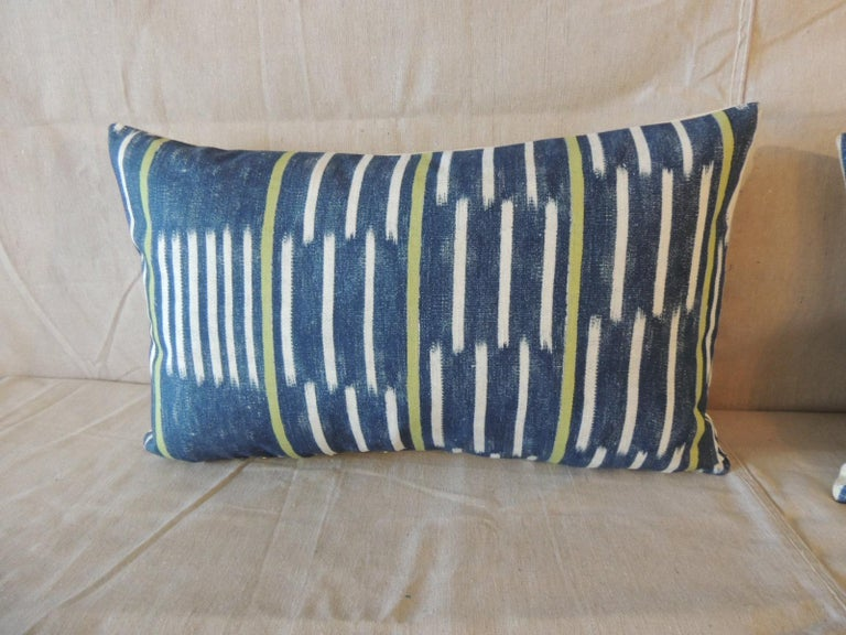 Pair of Blue and White Ikat Style Modern Lumbar Decorative Pillows In Good Condition For Sale In Oakland Park, FL