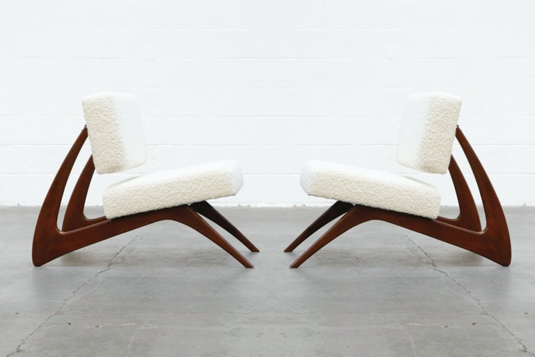 This incredible pair of sculptural lounge chairs newly refinished and reupholstered in gorgeous Alpaca Bouclé fabric is attributed to Moveis Cimo, Brazil, circa 1960s. 