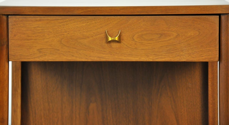 Pair of Broyhill Brasilia Walnut and Brass Nightstands or Side Tables For Sale 4