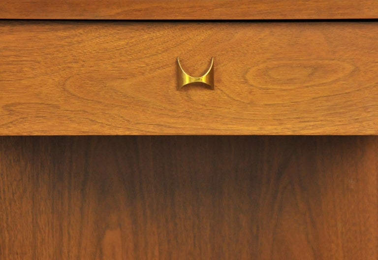 Pair of Broyhill Brasilia Walnut and Brass Nightstands or Side Tables For Sale 5