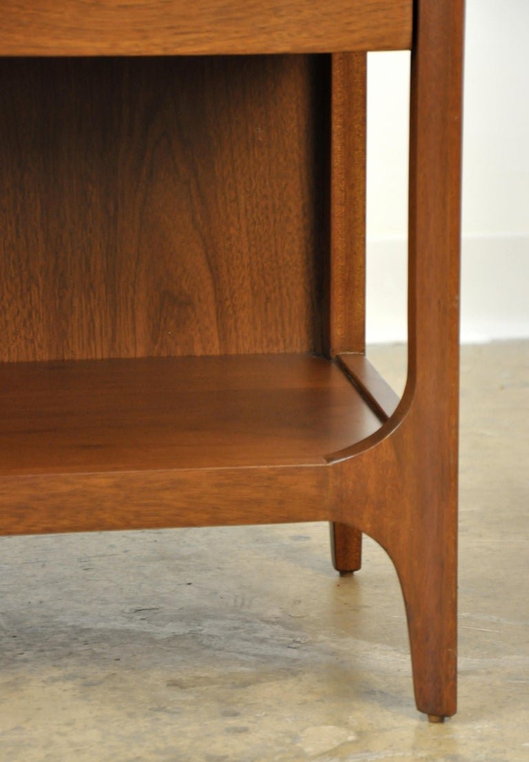 Pair of Broyhill Brasilia Walnut and Brass Nightstands or Side Tables For Sale 7