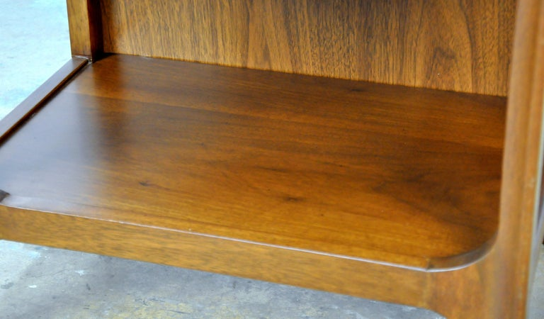 Pair of Broyhill Brasilia Walnut and Brass Nightstands or Side Tables For Sale 8