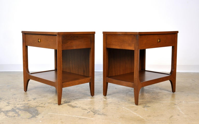 Mid-Century Modern Pair of Broyhill Brasilia Walnut and Brass Nightstands or Side Tables For Sale