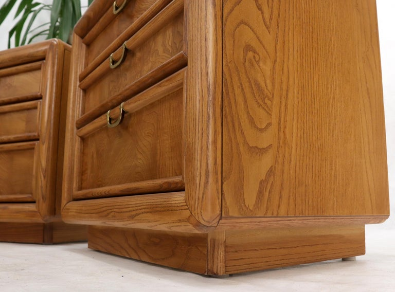 Mid-Century Modern Pair of Broyhill Three Drawer Nightstands End Side Tables For Sale