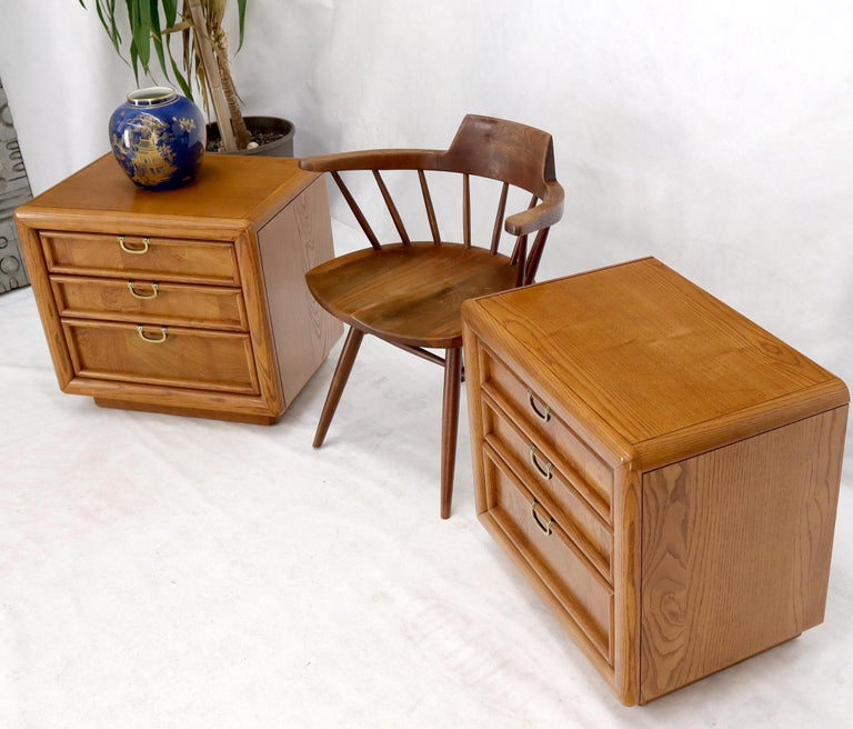 Pair of Broyhill Three Drawer Nightstands End Side Tables In Good Condition For Sale In Rockaway, NJ