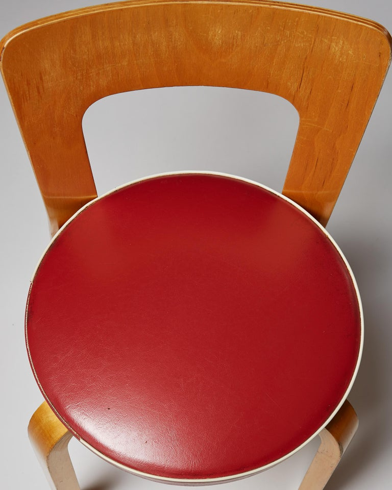 Pair of Chairs and Stools Designed by Alvar Aalto for Artek, Finland, 1950s In Excellent Condition For Sale In Stockholm, SE
