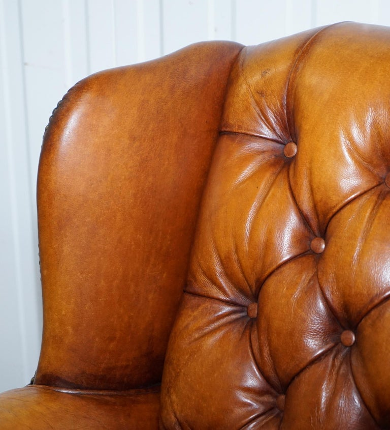 Pair of Chesterfield Tetrad Oskar Aged Tan Brown Leather Buttoned Armchairs In Good Condition For Sale In London, GB